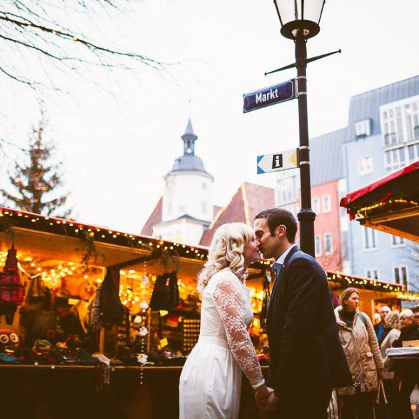 Frisch getraut auf dem Jenaer Weihnachtsmarkt, Hochzeitsfotograf Jena Thüringen