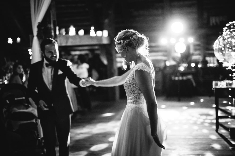 Hochzeitsfotograf Hinterzarten Henslerhof, Brautpaar tanzt in Festscheune im Schwarzwald